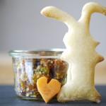 Heute in der Mittwochsbox: ein ganz schneller Ostergruß oder besser Ostersnack – Hasen mit Tomaten-Pistazien-Pesto!