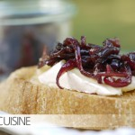 Meine neue Leidenschaft: Balsamico-Zwiebel-Confit auf geröstetem Brot mit weichem Käse – hhhmmmm!