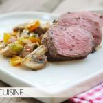 Gegrilltes Bison-Steak mit einer Kruste aus gerösteten Pfefferkörnern – eine wahre Köstlichkeit aus Kanada – kombiniert mit einem Pilzsalat