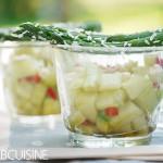Kleine Fingerfood-Idee zum Picknick – asiatischer Gurkensalat mit grünem Kokos-Spargel dazu ein gut gekühlter Château Ferran