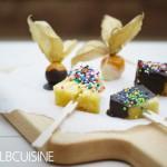 Lustige Frucht-Spieße – einfacher Kinder-Party-Snack oder eine gesunde Kinderbeschäftigung
