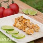 Exotische Capirinha-Spieße bitten mit frischer Avocado-Tomaten-Salsa zu Tisch – herrliches Grillvergnügen
