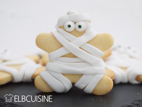 Ein Mumien-Keks aus Vanilleteig und Fondant für Halloween