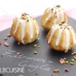 Ein feiner Sonntags-Gruß: Zitronen-Mohn-Gugls mit weißer Schokolade, Pistazien und Rosenblüten