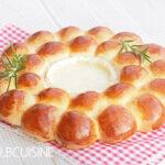 Leckerer Ofenkäse im Partystyle mit hübschem Brotkranz